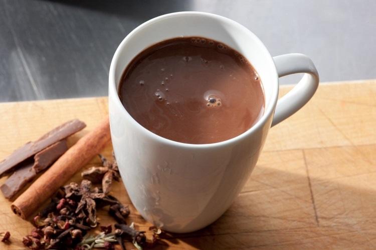 Σπιτικό ρόφημα ζεστής σοκολάτας με χαμηλά λιπαρά και στέβια