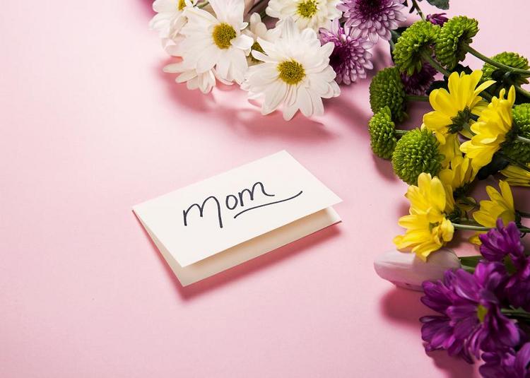 Γιορτή της Μητέρας: Ποιος είναι ο ρόλος της μητέρας, τι γιορτάζουμε