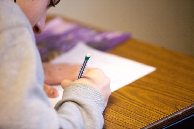Πανελλήνιες εξετάσεις: Πηγή άγχους για όλη την οικογένεια – Τι πρέπει να κάνει ο γονέας;