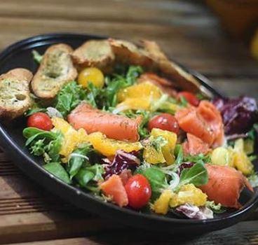 Συνταγή: Δροσερή σαλάτα με σολομό και εσπεριδοειδή
